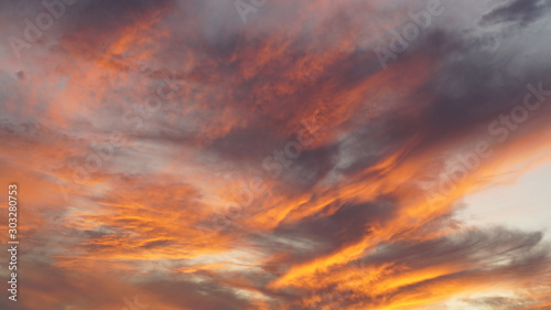 Foto  Red purple orange blue pink sunset sky cloud Red purple cloudscape time lapse ba