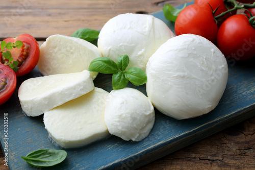 Fotografía  mozzarella prodotto tipico Italiano derivato dal latte con pomodori e basilico