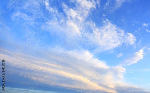 Obłoki i chmury na błękitnym niebie w czasie zachodu słońca. Canvas Print