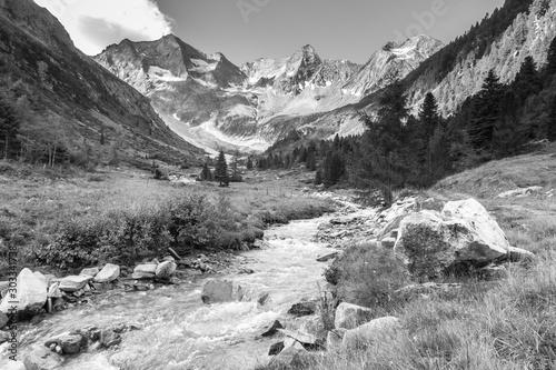 wildbach-vom-gletscher-im-zillertal-in-schwarz-weis