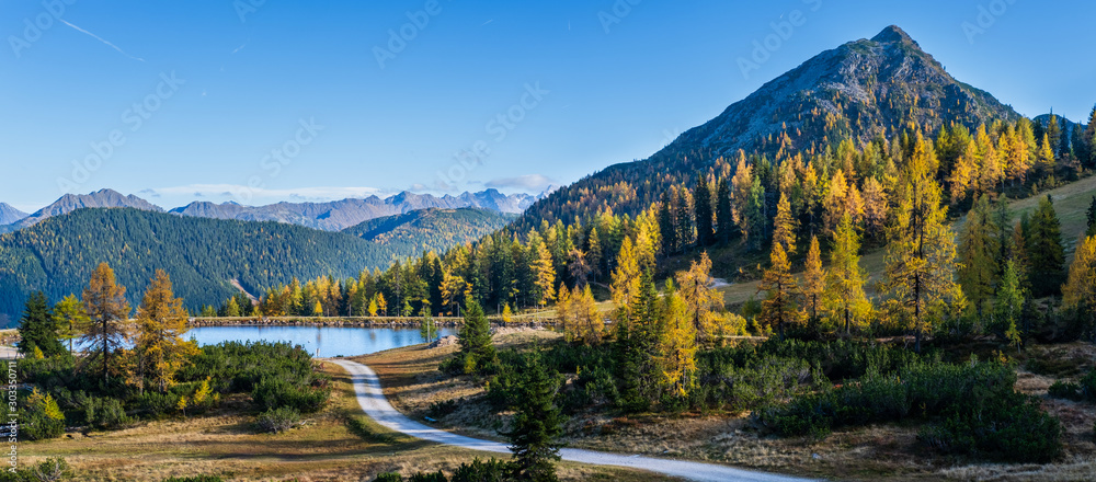 Fototapeta Peaceful autumn Alps mountain view. Reiteralm, Steiermark, Austria.