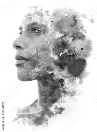 Malarstwo. Podwójna ekspozycja. Zbliżenie na atrakcyjny model w połączeniu z ręcznie rysowanym tuszem i akwarelą z nakładającymi się teksturami pociągnięcia pędzla, czarno-białe