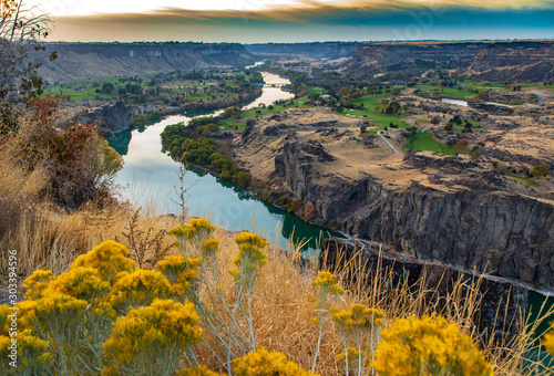 Fototapeta Snake river with wild flowers at sunset in Twin Falls Idaho obraz