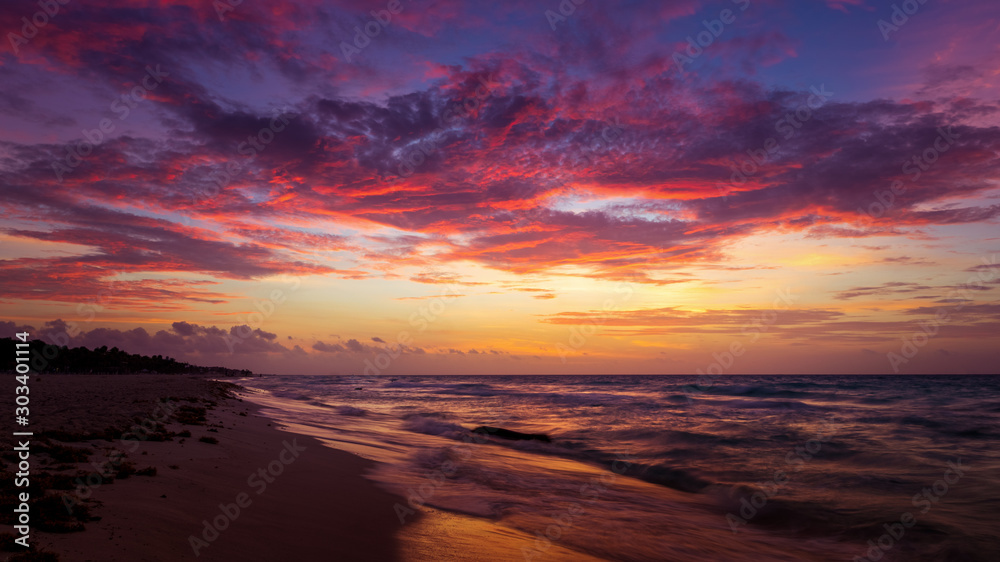 Fototapety, obrazy: Dramatic cloudscape at sunrise at mexico caribbean beach