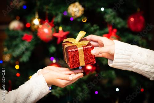 Fotografia, Obraz  クリスマスプレゼントを手渡す親子の手