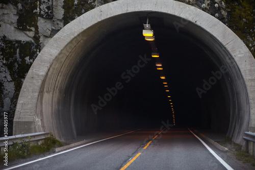Górska droga w Norwegii, wejście do tunelu