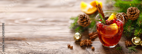 Fototapeta Christmas mulled wine. Traditional festive drink with decorations and fir tree. Banner with copy space. obraz