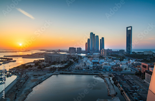 Obraz na plátne Sunset over Abu Dhabi skyline and the downtown modern buildings view