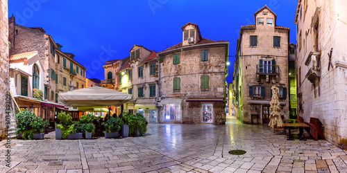 Montage in der Fensternische Lavendel Panoramic view of night Fruit square in the Diocletian s Palace section of Medieval Old town of Split, Croatia