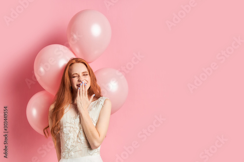 Portrait of funny emotional girl in wedding dress, red long hair with air balloo Slika na platnu