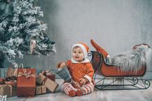 Weihnachtsszene Baby Kind Im Santa Claus Dress Roter Schlitten Geschenke Christbaum Xmas Retro - Var. 1