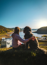 Mädchen Sitzt Mit Ihrem Hund ...