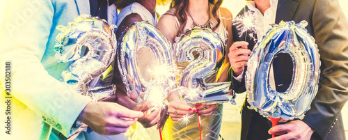 Obraz Men and women celebrating the new year 2020 - fototapety do salonu