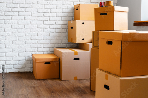Photo Close up of moving carton boxes in an empty room