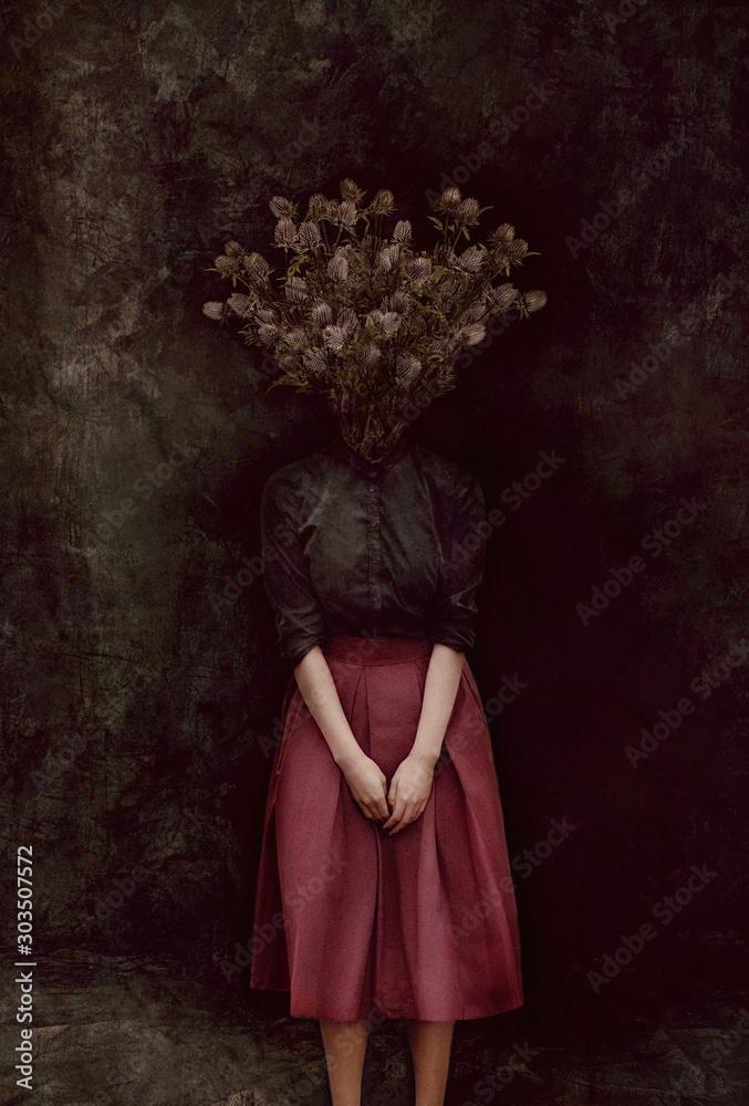 Dziwna koncepcja sztuki. Ciało kobiety, jej głowa jest kolczastym cierniem