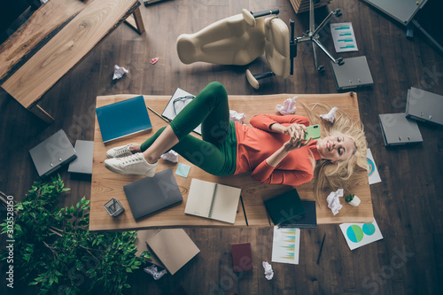Photo High angle view photo of corporate messy atmosphere careless blond business lady
