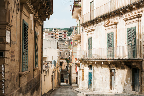 narrow street with old houses in modica, italy Slika na platnu