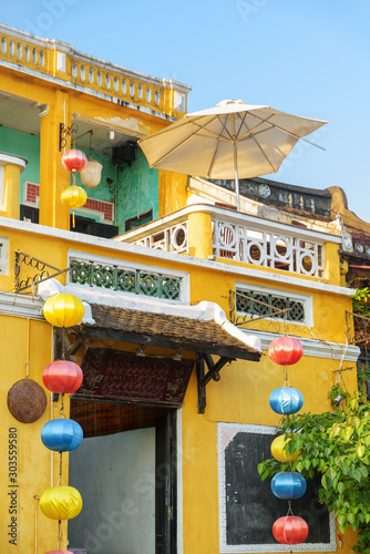 Photo  Scenic traditional yellow building decorated with silk lanterns
