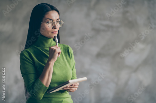 Fotografía  Photo of interested pondering woman thoughful thinking on her future plans holdi