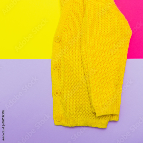 Cuadros en Lienzo  Fashionable set: part of yellow knitted cardigan on pastel bold background