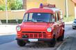 ein altes ausrangiertes Feuerwehrauto mit Einschubkasten für die Leiter auf dem Dach