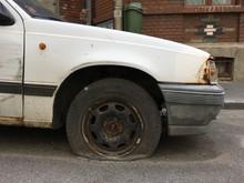Platter Reifen Auf Schrottreifen Auto