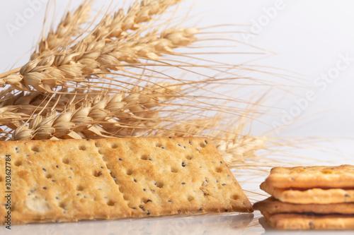 Fényképezés Crackers di grano su sfondo bianco