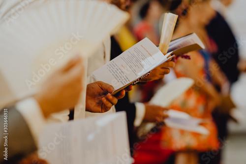 lecture des livrets de messe Fototapeta