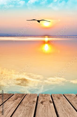 Fototapeta paisaje vertical de un atardecer en el mar en calma obraz