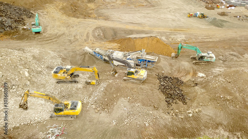 Tiefbau Baustelle mit mehreren Baumaschinen und Baggern  Großbaustelle Wallpaper Mural