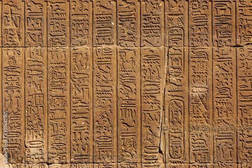 Carta da parati ancient egypt hieroglyphics on wall in karnak temple