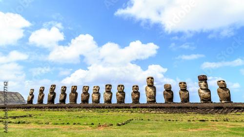 Photo Moai statues in the Rano Raraku Volcano in Easter Island, Rapa Nui National Park