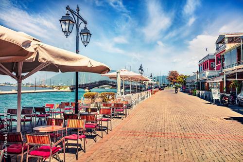 Atrakcyjny ranku pejzaż miejski Lefkada, kapitał Lefkada wyspa, Grecja, Europa. Cudowny letni pejzaż morski Morza Jońskiego. Koncepcja tło podróży.