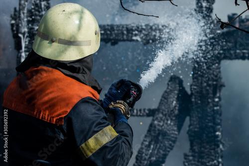 Photo Brave firefighter saving burning building