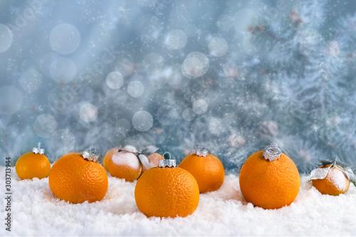 Fototapeta Mandarynki  dekoracyjna-kompozycja-swiatecznych-dekoracji-wykonanych-z-mandarynek-na-bialym-sniegu-abstrakcyjny