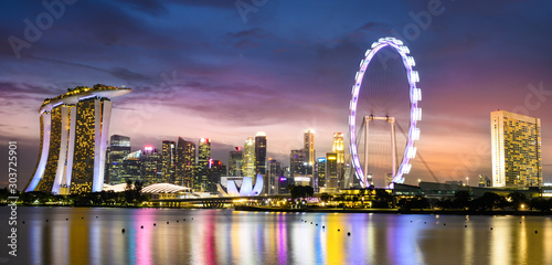 Obrazy Singapur  oszalamiajacy-widok-na-panorame-marina-bay-z-pieknymi-oswietlonymi-wiezowcami-podczas-br