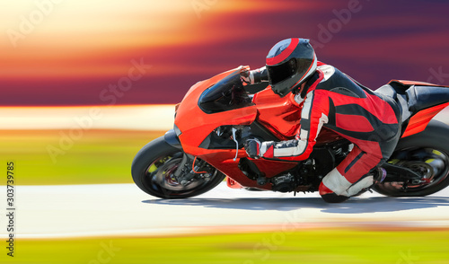 Fotografía  Motorcycle leaning into a fast corner on race track