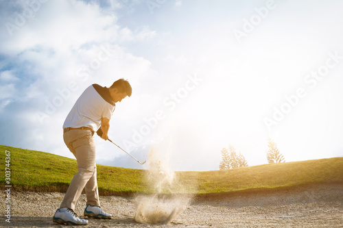 Fotografía  Golfers exploding sand in the bunker.