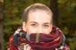 canvas print picture - Eine junge Frau mit einem dicken und warmen Schal