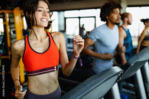 Fotografia Close up image of attractive fit woman in gym