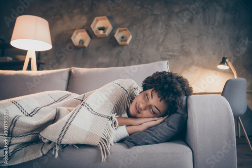 Photo Portrait of positive dreamy afro american girl sleep divan dream covered with ch