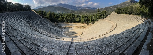 Photo Wideangle panorama of famous ancient Epidauros amphitheater located in Greece ne