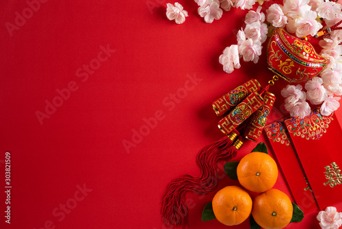 Foto  Chinese new year festival decorations pow or red packet, orange and gold ingots on a red background