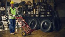 Arbeiter Im Reifenlager Einer ...