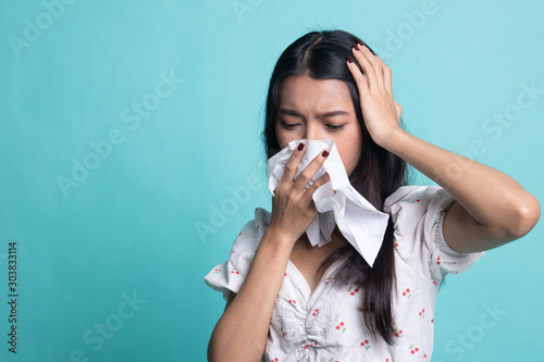 Fotografía  Young Asian woman got sick and flu.
