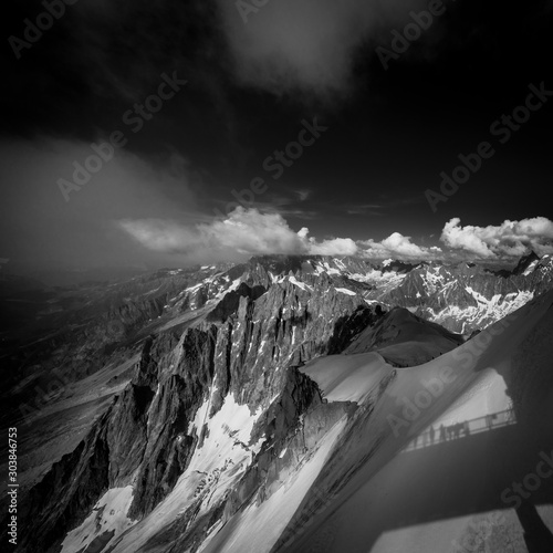 Mont-Blanc massif :  Crest of Aiguille du Midi to access to the Mer de Glace and Fototapet