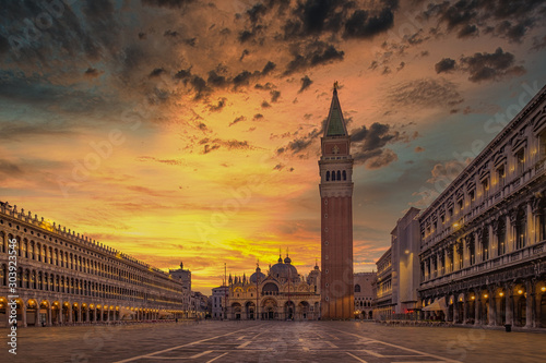 Fotomural  Scenic view of Piazza San Marco with dramatic colorful sky, Venice, Italy