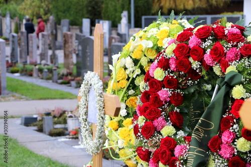 Ein Friedhof in Österreich, Blumenkränze an einem neuen Grab nach der Beisetzung Canvas Print