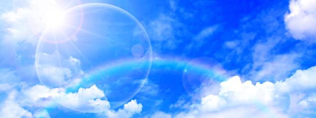 虹が架かる空と太陽光線