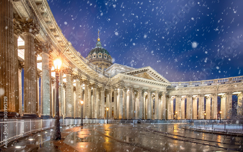 Obraz Kazan Cathedral or Kazanskiy Kafedralniy Sobor also known as the Cathedral of Our Lady of Kazan, is a Russian Orthodox Church on the Nevsky Prospekt in Saint Petersburg, Russia. Snow winter night. - fototapety do salonu